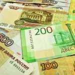 Рубль снижается к доллару и евро вместе с валютами развивающихся рынков