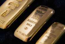 Золото стабильно при сниженном объеме торгов