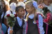 Семьям с детьми-школьниками выплатят по десять тысяч рублей
