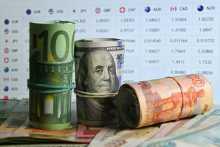 Курс евро снижается по отношению к доллару на решении ЕЦБ по монетарной политике