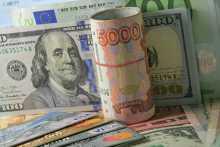 Курс рубля в четверг вечером уверенно растет против доллара и евро
