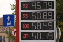 РИА Рейтинг выяснило, что средний россиянин может купить на свою зарплату тысячу литров бензина