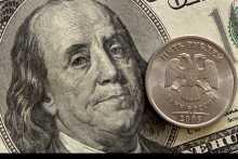 Рубль в понедельник утром незначительно снижается к доллару и евро