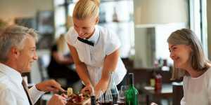 Специалист по этикету Николаева: чаевые дают только обслуживающему персоналу, а не учителям и врачам