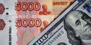 Рубль укрепляется к доллару и незначительно снижается к евро