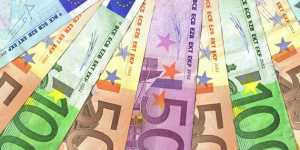 Официальный курс евро на пятницу снизился до 77,8 рубля