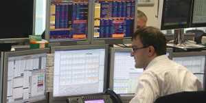 Российский рынок акций снижается на корпоративных новостях
