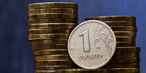 Курс рубля умеренно снижается на негативном внешнем фоне