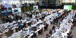 Рынок акций России снижается на корпоративных новостях и снижении цены на нефть