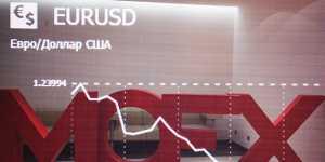 Рубль мало меняется к доллару и евро в начале торгов