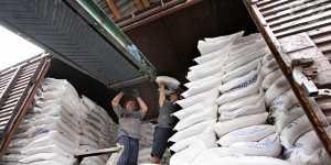 Россияне покупают все меньше сахара, но он продолжает дорожать
