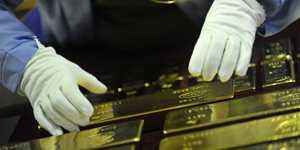 Золото продолжает слабо дешеветь на общеэкономическом позитиве