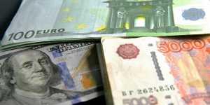 Курс рубля днём ускорил снижение на внешнеполитических рисках