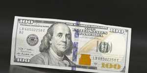 Средневзвешенный курс доллара вырос до 75,86 рубля