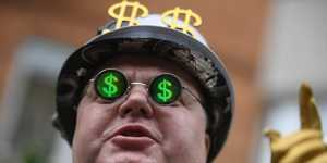 """Специалист пояснил, почему банки """"скидывают"""" валюту"""