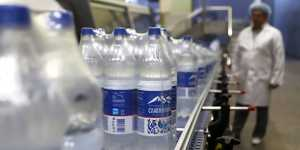 Эксперт рассказал, какую воду из бутылок опасно пить
