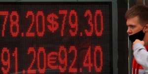 Рубль повышается на фоне тенденции к ослаблению доллара