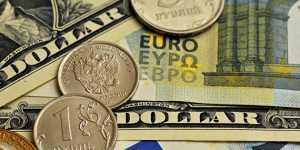 Рубль снижается к доллару и растет к евро на дорожающей нефти