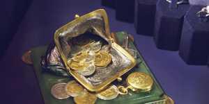 Стоимость золота растет на слабом долларе