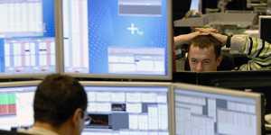 Фондовые биржи США слабо колеблются в конце волатильной недели