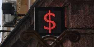 Рубль утром слегка снижается против доллара и евро
