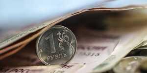 Рубль снижается к доллару и к евро на санкционных рисках