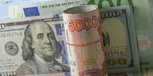Финансист научил, когда лучше покупать доллары, а когда евро