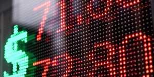 Банковские эксперты считают, что в августе рубль будет дорожать, оставаясь ниже 74 рубля за доллар