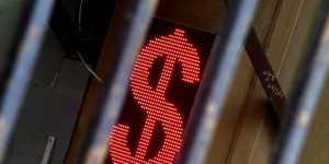 Аналитик Зварич не советует россиянам в краткосрочной перспективе покупать доллары