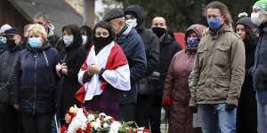 Церемония прощания с оппозиционером Бондаренко собрала сотни людей в Минске