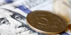 Рубль чуть укрепился к доллару и евро на старте торгов