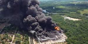 В Иллинойсе загорелся химический завод