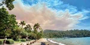 Отели и виллы эвакуировали в турецком Мармарисе из-за лесных пожаров