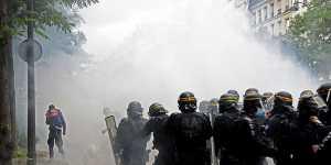 В Париже против протестующих из-за санитарных паспортов применили слезоточивый газ