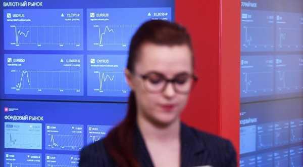 Российский рынок акций снижается по основным биржевым индексам вслед за падением нефтяных котировок